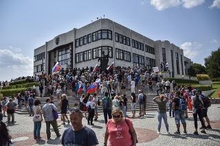 Protest proti vládnym opatreniam pred budovou Národnej rady (NR) SR v Bratislave 23. júla.