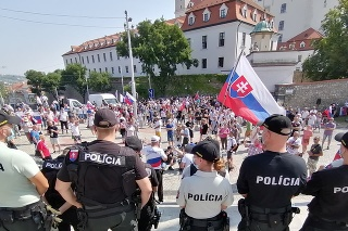 Pred Národnou radou (NR) SR v Bratislave pokračuje protest proti opatreniam v súvislosti s pandémiou nového koronavírusu 24. júla 2021 v Bratislave.