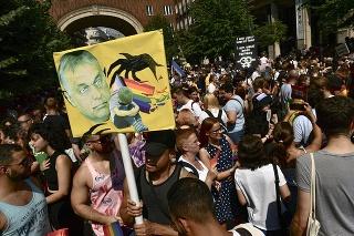 Účastník drží transparent s podobizňou maďarského premiéra Viktora Orbána počas pochodu príslušníkov sexuálnych menšín Budapest Pride 24. júla 2021 v Budapešti.