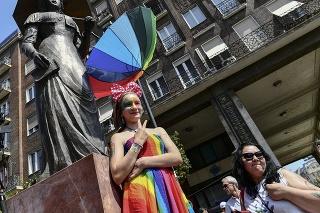 Na snímke ľudia pred pochodom príslušníkov sexuálnych menšín Budapest Pride 24. júla 2021 v Budapešti.