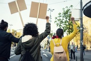 Protesty otriasli