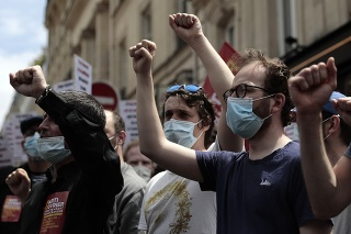 Demonštranti protestovali proti legislatívnym zmenám, o ktorých tvrdia, že ich zbavujú základných slobôd.