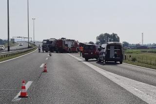 Na diaľnici, ktorá spája Záhreb so chorvátsko-srbským pohraničím, pre nehodu zastavili dopravu.