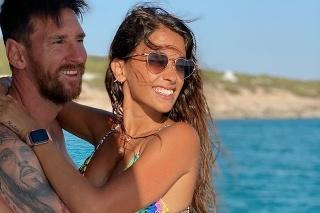 Messi so svojou láskou Antonelou.