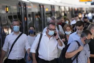 Úplne zaočkovaní cestujúci z EÚ a Spojených štátov sa pri ceste do Anglicka vyhnú karanténe.