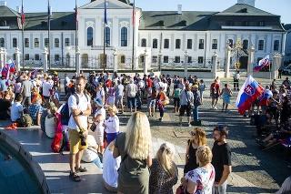 Na snímke účastníci protestného zhromaždenia proti opatreniam vlády SR v súvislosti s pandémiou ochorenia COVID-19 pred Prezidentským palácom 29. júla 2021 v Bratislave.