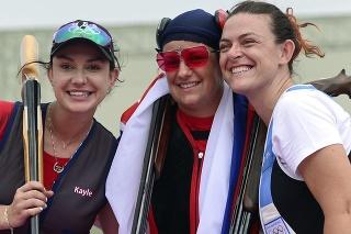 Sovenská strelkyňa Zuzana Rehák Štefečeková (uprostred) sa teší zo zisku zlatej medaily po triumfe vo finále trapu na XXXII. letných olympijských hrách v Tokiu vo štvrtok 29. júla 2021. Strieborná skončila Američanka Kayle Browningová (vľavo). Bronz patrí Alessandre Perilliovej (vpravo) zo San Marína,