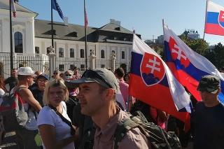 Účastníci protestného zhromaždenia proti opatreniam vlády SR v súvislosti s pandémiou ochorenia COVID-19 pred Prezidentským palácom 29. júla 2021 v Bratislave.