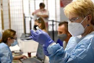 Na snímke očkovanie proti ochoreniu COVID-19 v obchodnom centre v Prešove jednodávkovou vakcínou Janssen od spoločnosti Johnson&Johnson.