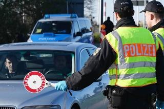 Policajti počas kontroly na nemecko-francúzskom hraničnom priechode v nemeckom meste Kehl. (archívne foto)