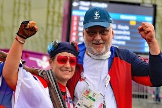 Na snímke slovenská strelkyňa Zuzana Rehák Štefečeková a tréner Branislav Slamka sa tešia zo zisku zlatej medaily.