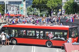 Bratislava 29.7.2021 o 13:50 hod.:  Pri blokáde ulíc sa autobus zasekol pri otáčaní  a demonštranti ho hodiny nepustili preč.