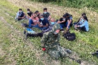 Polícia odhalila 13 nelegálnych migrantov, vzniesla i obvinenie z prevádzačstva.