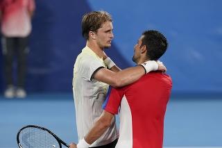 Nemecký tenista Alexander Zverev (vľavo) sa rozpráva so Srbom  Novakom Djokovičom po víťazstve v semifinále dvojhry na OH 2020 v Tokiu.