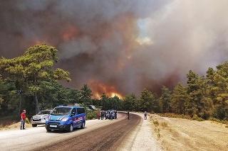 Do boja s ohňom sa pustili všetky záchranné a bezpečnostné zložky