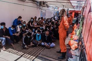 Migranti na palube lode Ocean Viking v Stredozemnom mori.