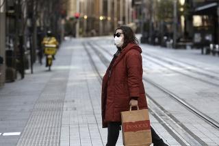 Žena na prázdnej ulici v centre Sydney počas lockdownu.