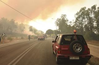 Hasiči zasahujú počas lesného požiaru pri obci Lampiri.