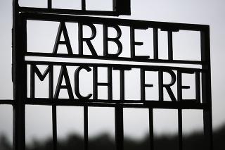 Brána bývalého nacistického tábora smrti Sachsenhausen s nápisom