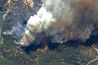 Satelitná snímka požiaru neďaleko priehrady Oymapinar na juhu Turecka.