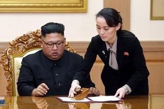 Na archívnej snímke z 19. septembra 2018 severokórejský líder Kim Čong-un a pomáha mu jeho sestra Kim Jo-Čong