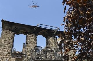 V pondelok na svitaní nasadili do boja proti požiaru na Rodose hasičské lietadlá a vrtuľníky.