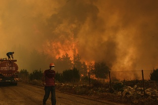 Lesné požiare ďalej pustošia krajinu.