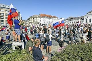 Z námestia pred Prezidentským palácom sa okolo 1 000 demonštrantov presunulo na blízke ulice a stopli premávku.