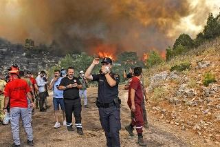 Pre hustý dym majú obyvatelia Antalye problémy s dýchaním.