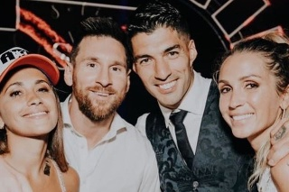 Zľava Messiho žena Antonela, Lionel Messi, Luis Suárez a Suárezova žena Sofia.