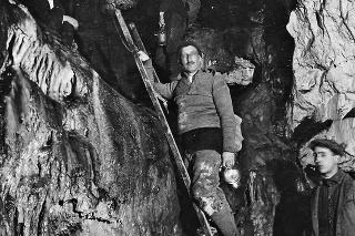 Alois Král na rebríku pózuje fotografovi krátko po objavení jaskyne.