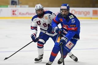 Na snímke vpravo hráč Slovenska U18 Dalibor Dvorský a kapitán USA U18 Pasha Bocharov počas zápasu na hokejovom turnaji Hlinka Gretzky Cup 2021.