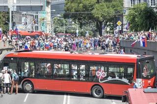 Symbolom protestu sa stal zaseknutý autobus, ktorý hodiny nechceli protestujúci pustiť.