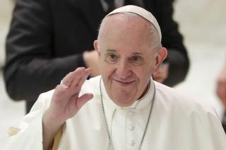 Pápeža Františka s rúšom veľmi nevídať.
