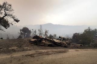 Zhorené autá počas lesného požiaru pri dedine Limni na gréckom ostrove Evia, 160 km severne od Atén 4. augusta 2021.