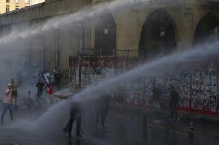 Príslušníci poriadkovej polície používajú vodné delá počas protestu, na ktorom protivládni demonštranti žiadali vyvodenie zodpovednosti za minuloročný výbuch v bejrútskom prístave v stredu 4. augusta 2021.