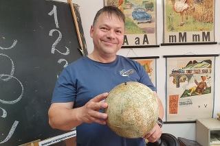Zberateľ Stanislav Krško (54) nechodil do školy rád, no baví ho zbierať staré školské veci.