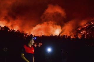 Turecko bojuje už siedmy deň s ničivými požiarmi, ktoré si doposiaľ vyžiadali osem obetí.