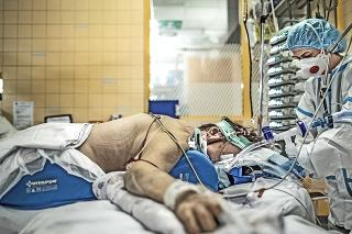 Napriek nepriaznivým číslam, počet hospitalizovaných pacientov v nemocniciach klesá.