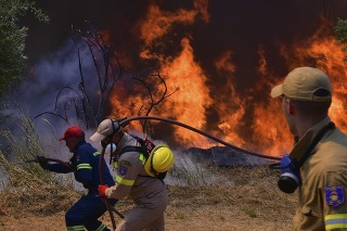 Hasiči hasia lesný požiar pri mestečku Olympia na západe Grécka vo štvrtok 5. augusta 2021.