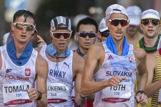 Na snímke vpravo slovenský reprezentant v chôdzi na 50 km Matej Tóth a vľavo neskorší víťaz poliak Dawid Tomala počas pretekov.