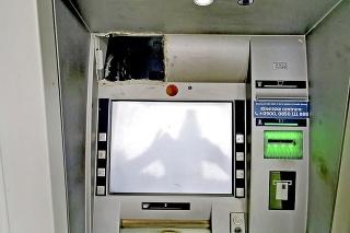 V ľavom hornom rohu bankomatu bola vyrezaná diera, z ktorej trčali káble.