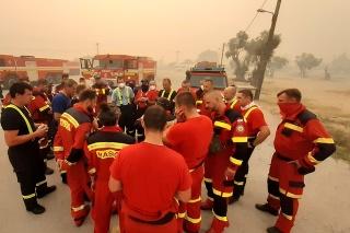 Slovenskí hasiči bojujú s ohňom v Grécku.