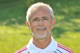 Na archívnej snímke zo 16. júla 2010 bývalý skvelý futbalista Gerd Müller pózuje na pôde Bayernu Mníchov.