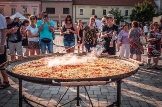 Na rekordnej omelete si pochutilo niekoľko stoviek návštevníkov.