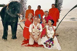 Pár sa rozhodol pre budhistický obrad na pláži.