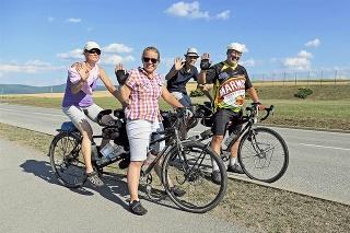Peter (50), Alex (14), Jana (47) a Katia (17) prešli 1 700 kilometrov.