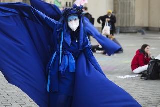 Dve ženy oblečené v kostýmoch ako Modré rebelky vystupujú počas protestu hnutia klimatických aktivistov Extinction Rebellion pri Brandenburskej bráne v Berlíne v Nemecku v piatok 20. augusta 2021.