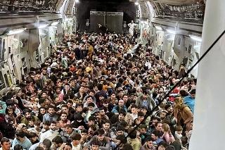 Obrovské množstvo ľudí sa snaží z krajiny dostať.