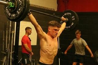 17-ročný milovník fitness Rob cvičí aj so svojou ťažkou diagnózou.